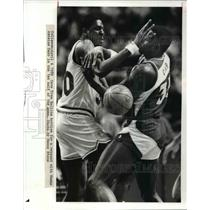 1989 Press Photo Cavs Tree Rollins battles for a rebound with Hawks Antoine Carr