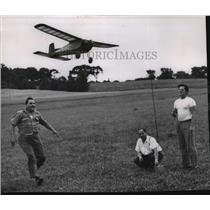 1953 Press Photo Victor Weissbrodt, Albert Secklin and Donald Maly with RC plane