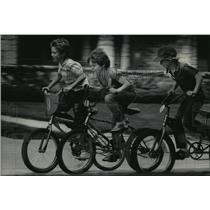 1984 Press Photo Charlie Penner, Drew Hornbeck & Alex Mickelson riding bicycle