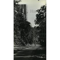 1979 Press Photo Bicyclist in the tree-lined trail north of the Memorial Center