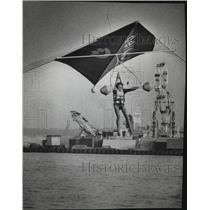 1974 Press Photo A hang glider floated over the water just before a splashdown