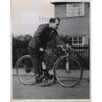 1958 Press Photo An ingenious bicyclist AJ Bird of Feltman, England - mja12745