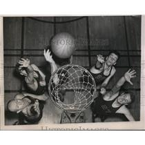 1938 Press Photo 4 members of a basketball team at practice - net06705