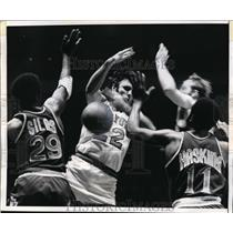1970 Press Photo NY Knicks star Dave DeBusschere against the Phoenix Suns