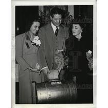 1941 Press Photo actress Maureen O'Sullivan draws winning ticket at ski movie