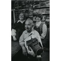 1979 Press Photo Aerial photographer, pilot Clair J Wilson with Kristine & Linda