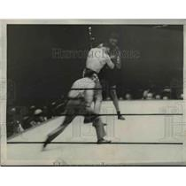 1927 Press Photo Two boxers & a referee in a boxing ring - net20186