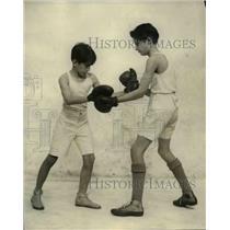 1924 Press Photo Hector Elizaldz gets boxing lesson from Jacobo Varela