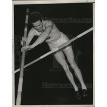 1939 Press Photo Track star Earle Meadows in the middle of a pole vault
