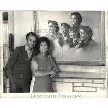 1970 Press Photo Actor Robert Young and his wife, Betty, with a family portrait.