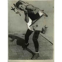 1924 Press Photo Joe Gonzalez at boxing training at a gym - net24013