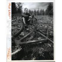 1993 Press Photo Mountain biker Craig McCollum sits on grass at finish line