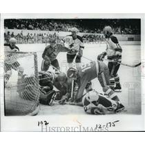 1977 Press Photo Hockey Action - spa33778
