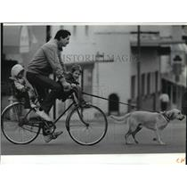 1991 Press Photo John Wagner with dog Astro, daughter Elsa and son Chris