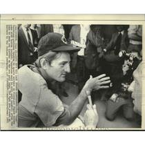 "1971 Press Photo Ken ""Hawk"" Harrelson gestures while talking to sports writers."