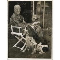 1942 Press Photo Tris Speaker and his pet dog, Laddie, relax and enjoy the sun