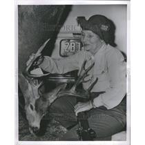 1954 Press Photo Sharp Shooting Grandma