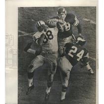 1961 Press Photo Clutching Bart Starr's pass end Ron Kramer bounced off Viking.
