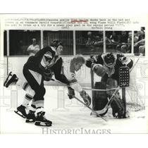 1979 Press Photo Canucks goalie Glen Hanlon stops Flames Willi Plett's shot