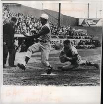 1960 Press Photo Error for Stan Lopata, Braves catcher as Vada Pinson scores.