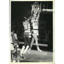 1979 Press Photo Bucks Kent Benson found Jim Chones in his way