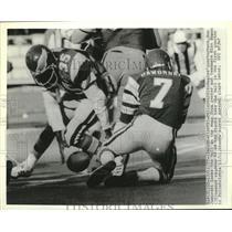 1977 Press Photo Philadelphia Eagles quarterback Ron Jaworski fumbles the ball