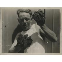 """1929 Press Photo boxer and apiarist Harry Heath can punch with a """"sting"""""""