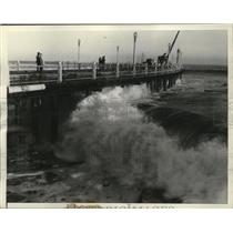 1934 Press Photo California-Cities-Long Beach-Giant waves pounding Pine av. Pier