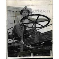 1941 Press Photo Lefty Gomez NY Yankees Pitcher Leaves To Become Fireman