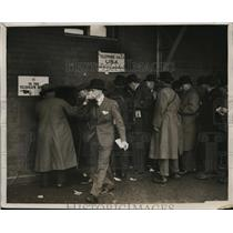 1928 Press Photo Fans crowd phone booth at Grand National steeplechase