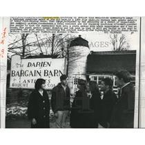 1964 Press Photo Teenagers at Darien Bargain Barn Antiques Barn, Connecticut