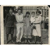 1925 Press Photo Boxer Mickey Walker & family at training camp in NJ - net29497