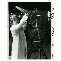 1986 Press Photo David Farnsworth arranges the light at Rocky Butte's aircraft