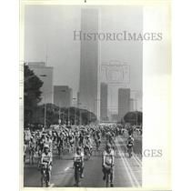 1983 Press Photo Bicyclists Buckingham Fountain