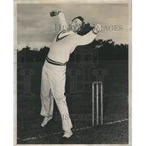 1947 Press Photo Dr Robert McMullin, bowling cricket