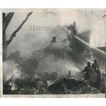 1952 Press Photo NYC Firemen Working on Plane Wreckage