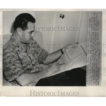 1952 Press Photo Boston Red Sox manager Lou Boudreau looks at Ted Williams stats