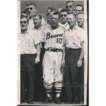 1964 Press Photo Bobby Bragan, Milwaukee Braves' Manager, and Others, Sign