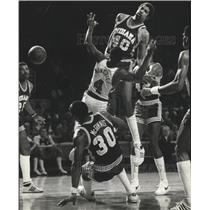 1981 Press Photo Sidney Moncrief of the Milwaukee Bucks Sandwiched By Pacers