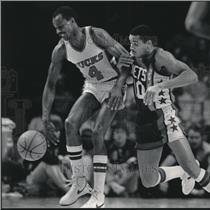 1984 Press Photo Sidney Moncreif of the Milwaukee Bucks Being Well Defended