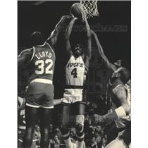 1986 Press Photo Sidney Moncrief-Bucks, Scores Over Lewis Lloyd-Rockets