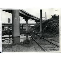 1974 Press Photo Broken pressure line sewer-Burnside Bridge - orb97163