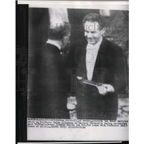 1953 Press Photo King Gustav of Sweden Presenting Fritz A. Lipmann Nobel Prize