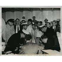 1939 Press Photo New York Crew of USS President Roosevelt takes bonus poll NYC