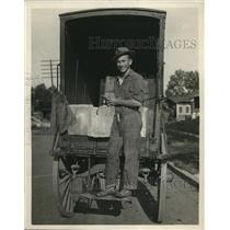 1925 Press Photo Red Lingenfelter Drake University, Unloading Boxes.