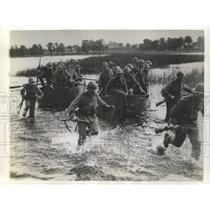 1942 Press Photo Soldiers Running Through Water for Dry Land - fux00151