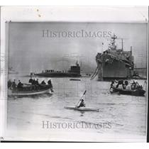 1961 Press Photo Laurens Otter Paddles His Kayak to Board U.S. Missile Submarine