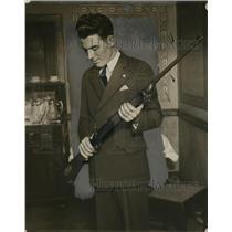 1928 Press Photo Oren J. Tokey of Toledo, Ohio Holding Shotgun - nef36836