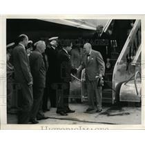 1954 Press Photo Winston Churchill steps off plane - nef46578