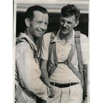 1940 Press Photo George Waltz Congratulated by His Pilot Lindsay on Parachute